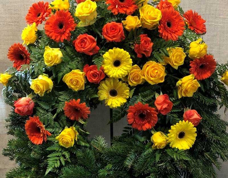 Gerbera und Rosen, gelb-orange mit Beiwerk
