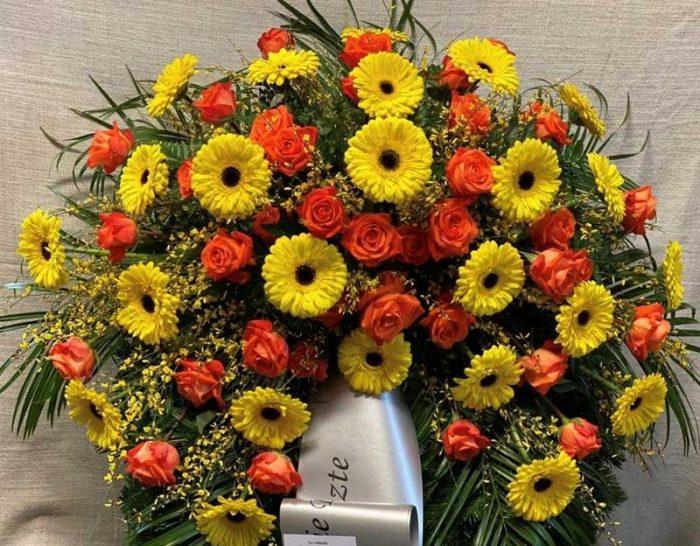 Orange Rosen u. gelbe Gerbera mit Beiwerk