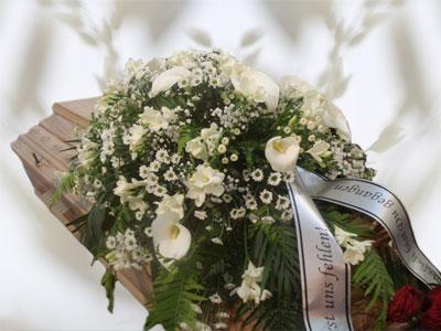 Gemischte weiße Blumen mit Beiwerk Größe ca. 1 m